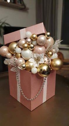 Elegant Christmas Decor, Christmas Mood, Gold Christmas, Simple Christmas, Christmas Wreaths, Christmas Ornaments, Christmas Flower Arrangements, Christmas Centerpieces, Xmas Decorations