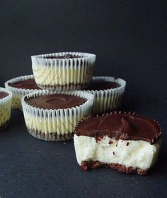 Mini cheesecakes with dark chocolate Polish Desserts, No Bake Desserts, Just Desserts, Sweet Recipes, Cake Recipes, Dessert Recipes, Mini Cheesecakes, Sweet Cakes, Dessert Bars