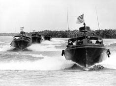 Vietnam, US Navy River Patrol Boats on the move. John Kerry commanded one during his tour in Vietnam. Military Photos, Military History, Vietnam Veterans, Vietnam War, Brown Water Navy, Naval Special Warfare, Us Navy Ships, Vietnam History, Navy Marine
