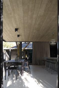 Elm and Villow House. Atrás se ve el techo del chalet, es una ampliación en hormigón con estructura de hierrro.