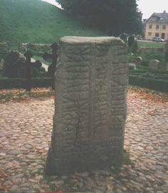 På den lille Jellingstens forside står der::  kurmr kunukr karthi kubl thusi aft thurui kunu sina tanmarkar but  Gorm konge gjorde kumler disse efter Thyra sin kone  danmarks bod.