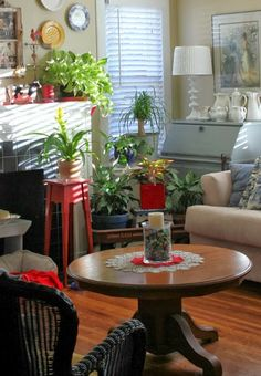 Lots of plants brighten up a cute cottage living room. Cozy Little House Cottage Living Rooms, Cozy Living, Apartment Living, Living Spaces, Cute Cottage, Cottage Chic, Cottage Style, Cozy Corner, Cozy Room