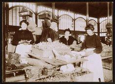 Vendeuses d'escargots et de poissons aux Halles de Paris Description : vers 1900 Auteur : Géniaux Paul (1873-après 1930)