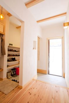 open shoe storage hidden by wall Small Apartment Interior, Interior Design Living Room, Condo Living, Home And Living, Interior Architecture, Interior And Exterior, Japanese Style House, Japanese Interior, House Entrance