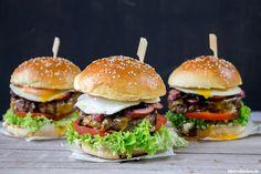 Rezept für einen grandiosen Rindfleisch Burger mit würziger Kabanos, süßen Balsamico-Zwiebeln und einem Spiegel, im Brioche-Bun!