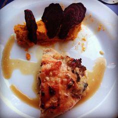 Pechuga de pollo rellena con cebolla caramelizada, champiñones salteados y crocante de tocino, acompañado de puré de zanahorias con maní y orégano, y chips de beterraga.