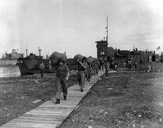 Unidades do 2° Escalão da FEB desembarcam na Itália. Nápoles, 1944. (CPDOC/ HB foto 062/19)