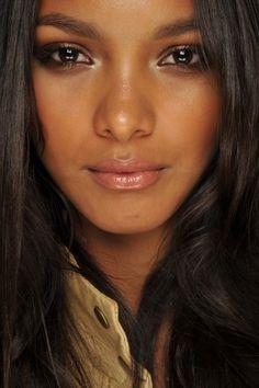 Para que consigas un resultado de un maquillaje plenamente natural y eminente es necesario que elijas correctamente el color de la base de maquillaje...Aprende como ingresando a: http://pasosparamaquillarse.com/maquillaje-natural-para-morenas/