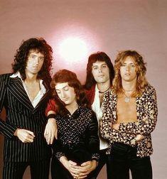 British rock band Queen: Roger Taylor, Brian May, John Deacon and Freddie Mercury. Queen Freddie Mercury, Rock Chic, Glam Rock, Queen Photos, Queen Pictures, Rare Pictures, John Deacon, Save The Queen, I Am A Queen