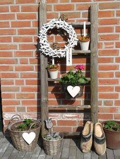 A ladder can be decorated so beautifully. (Everything flying around in the garage . - A ladder can be decorated so beautifully. (Everything that flies around in the garage – old ladder - Backyard Projects, Garden Projects, Diy Projects, Backyard Ideas, Decoration Entree, Basket Decoration, Balcony Decoration, Summer Diy, Summer Garden