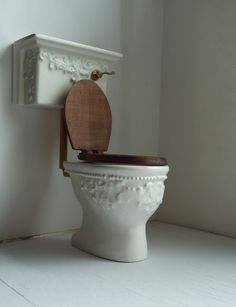 How to: Miniature Victorian Toilet Dollhouse Miniature Tutorials, Miniature Houses, Diy Dollhouse, Miniature Dolls, Dollhouse Miniatures, Minis, Miniature Furniture, Dollhouse Furniture, Vitrine Miniature
