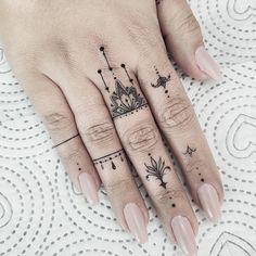 hand tattoos for women / tattoos hand ` tattoos for men hand ` hand tattoos for guys ` hand tattoos for women ` tattoos red and blue hand ` tattoos on hand ` tattoos männer hand ` mens hand tattoos Hand And Finger Tattoos, Finger Tattoo For Women, Small Hand Tattoos, Finger Tattoo Designs, Hand Tattoos For Women, Finger Tats, Henna Tattoo Designs, Mini Tattoos, Cool Tattoos