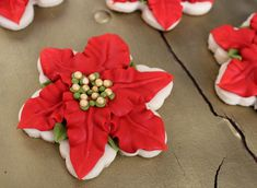poinsettia decorated cookies tutorial, these are ridiculously beautiful! Christmas Cookie Exchange, Christmas Sugar Cookies, Christmas Sweets, Christmas Goodies, Holiday Cookies, Christmas Baking, Holiday Treats, Snowflake Cookies, Star Cookies