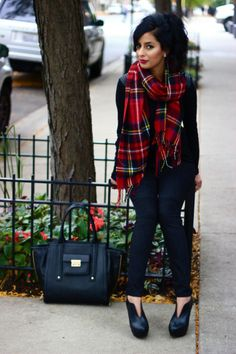 Great winter look for a professional -oversized tartan scarf via The Style Menu Fall Winter Outfits, Autumn Winter Fashion, Christmas Outfits, Winter Stil, Tartan Scarf, Cultura Pop, Street Style, Mode Inspiration, Winter Wardrobe