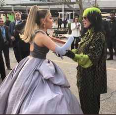 Ariana Grande and Billie Eillish met at the 2020 Grammy Awards. ari and billie. ariana x billie. Billie Eilish, Girls Twitter, Twitter Twitter, Ariana Grande Photos, Ariana Grande Grammys, Ariana Grande Wallpaper, Jolie Photo, Miley Cyrus, Nicki Minaj