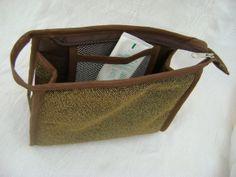 Nécessaire feita em tecido com lurex e forrada com nylon.   Mede aproximadamente 19cm de largura, 13cm de altura e 6cm de profundidade. R$ 24,00