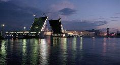 Puente de San Petersburgo elevándose en la noche.  http://blog.viajestransvia.com