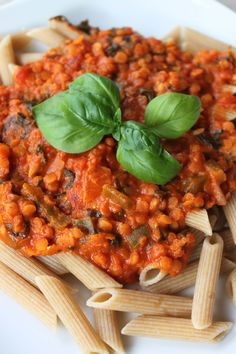 Lækker og nem linsesovs, som spises med pasta. Godt krydret, men kan sagtens tåle mere chili, hvis mankan lide det stærkt. Ingredienser: 150 g røde linser 1 stort løg 1 grøn peberfrugt 1 spsk. bou…