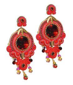 Original pendiente de flamenca en tonos rojos realizado a mano de tamaño XL con piedra facetada en mismo tono y engarces dorados. Complementos flamenca.