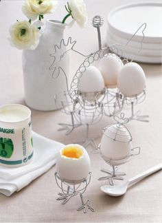 Easter decoration ideas and easter crafts Wire Crafts, Craft Stick Crafts, Magazine Crafts, About Easter, Egg Holder, Hens And Chicks, Egg Cups, Chicken Wire, Vintage Easter