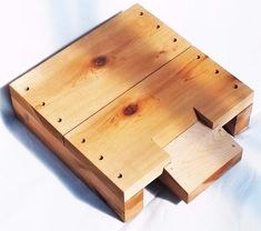Warré Hives and Parts - Ruches Warré et Composantes – RebelBees Top Bar Bee Hive, Bee Supplies, Raising Bees, Bee House, Palette, Queen Bees, Bee Keeping, Bamboo Cutting Board, Flooring