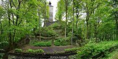 Burgruine Altes Schloss bei Bad Berneck im Fichtelgebirge. Hoch über Bad Berneck im Fichtelgebirge auf dem Schloßberg befindet sich die Burgruine Altes Schloß. Nach dem steilen Aufstieg führt der Weg bzw. die Via Imperii (eine alte Reichsstrasse) direkt zur Ruine die heute unter anderem auch als Freilicht-Theater genutzt wird. Nur wenige Gehminuten von dieser Ruine entfernt kann man noch die Reste der Marienkirche und die Burgruine Hohenberneck besuchen doch dazu mehr in anderen Beiträgen…