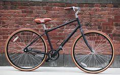 Das Priority Bike gibt es für den Mann und für die Frau und in 5 verschiedenen Farben. Die Rahmen sind rostbeständig und die Reifen stichfest. Was will man mehr? Das was sich Harley Davidson schon seit drei Jahrzehnten zu Nutze macht: Anstelle einer Kette, die springen kann und Kleidung beschmutzt, ein Öl freier Gürtelriemen.
