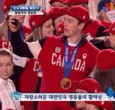Captain serious takes a selfie.in Korean:) Hockey Memes, Hockey Quotes, Funny Hockey, Canadian Hockey Players, Nhl Players, Olympic Hockey, Ice Hockey, Blackhawks Hockey, Chicago Blackhawks