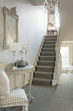 escalier avec un tapis gris, lustre baroque, meuble d'entrée, ikea meuble, console d'entrée