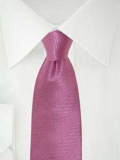 Cravate rose clair à chevrons noirs