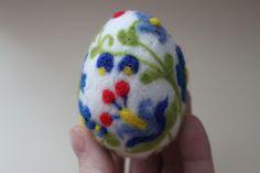 egg Wool Needle Felting, Wet Felting, Felted Soap, Ball Decorations, Egg Decorating, Felt Hearts, Felt Toys, Felt Ornaments, Easter Eggs