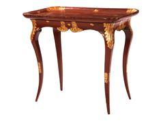 Höhe: 71,5 cm. Breite: 80 cm. Tiefe: ca. 47,5 cm. Frankreich, 18. Jahrhundert. Holz, geschnitzt, Rotlack und Goldmalerei. Auf geschweiften Beinen mit...