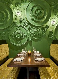 De muren en het plafond van Restaurant Barbatella zijn van boven tot onder gedecoreerd met groene plafondrozetten #restaurant #decoration