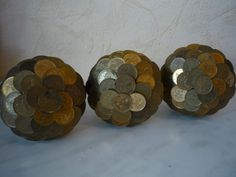 Декоративные яблочки из монет Old Coins Craft, Coin Crafts, Ethnic Home Decor, Foreign Coins, Coin Art, Beer Caps, World Coins, Coin Collecting, Decorative Bowls