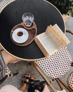 Coffee Room, Coffee Is Life, Book Aesthetic, Non Alcoholic Drinks, Book Photography, Hot Chocolate, Book Lovers, The Dreamers, Food Photo