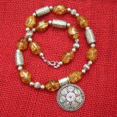 INDIAN STYLE - Girocollo con componenti in argentone di tradizione indiana e perle in vetro, effetto crackelé, color ambra
