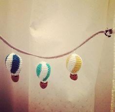 Garnkusserne | Lækre hækleopskrifter / DIY til dig, hjemmet og baby |: Opskrift på barnevognskæde med luftballoner (DIY) Knitting For Kids, Crochet For Kids, Diy Crochet, Crochet Toys, Baby Knitting, Crochet Ideas, Amigurumi Patterns, Crochet Patterns, Crochet Baby Sweaters