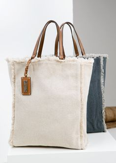 Canvas shopper bag - Woman Canvas shopper bag with frayed edges. Contrast faux leather twin top handles, decorative tag with metal plate, snap button fastening and inner zip pocket. My Bags, Purses And Bags, Totes And Bags, Canvas Shopper Bag, Bag Sewing, Sewing Diy, Sacs Design, Diy Sac, Linen Bag