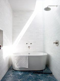 Baignoire dans espace de douche