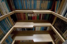 Fällt das noch unter Design? Egal, die tolle Idee konnte ich euch nicht einfach so vorenthalten!  Wenn es mal wieder heisst: Kein Platz mehr für weitere Bücher ... nicht einfach die Alten auf den Dachboden oder in den Keller verbannen, sondern wie hier e