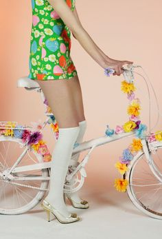gogo girl kitsch retro inspired fashion style for you and your bike for summer Twiggy, Soft Grunge, Floral Fashion, Retro Fashion, Beatles, Gothic, Punk, Cool Style, My Style