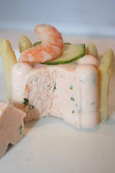 Voici une entrée légère et agréable pour commencer un repas de fête... Il vous faudra: 250 g de saumon 30 cl de crème ciboulette un bocal d'asperges blanches quelques crevettes 3g d'agar-agar sel et poivre 2 l de