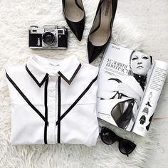 •Условия контраста•  На фото белая рубашка в чёрную полоску.