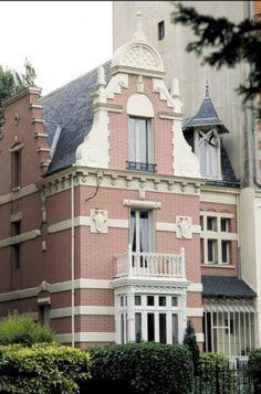 CHARENTON LE PONT - Villa des Sapins Adresse : 54, avenue de Gravelle, Charenton-le-Pont, France Créateurs Architecte : Anno La « villa des sapins », coquette demeure de la fin du XIXe siècle est aujourd'hui encadrée par deux immeubles aux façades soignées. Au numéro 52 de l'avenue, une plaque rappelle qu'ici vécut et mourut le poète Paul Éluard (1895-1952).