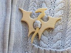 Dragon shawl pin For knitted things Animal shawl stick birch Diy Wood Projects, Wood Crafts, Diy And Crafts, Woodworking Box, Woodworking Projects, Scroll Saw Patterns, Marianne Design, Wooden Jewelry, Wood Carving