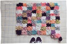 Bonjour les créatrices ! Aujourd'hui vous allez apprendre à faire un tapis vous-même. Il y a très longtemps, lorsque j'étais enfant, j'ai connu une dame qui créait de gigantesques tapis de laine.
