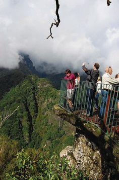 Die portugiesische Insel Madeira bietet weitaus mehr als bunte Blumen. Zum Beispiel abenteuerliche Touren über hohe Berge und durch tiefe Schluchten, rasante Schlittenfahrten und schwarze Ungeheuer aus der Tiefsee.