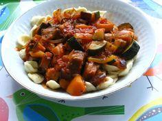 Bei Gourmande gab es zum Abendessen Ratatouille. http://gourmandisesvegetariennes.blogspot.de/2012/08/mittwochs-ess-ich-vegan.html
