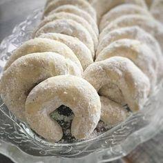Mandulás hókifli, a megunhatatlan nasi :-) Hungarian Desserts, Hungarian Recipes, Cookie Recipes, Dessert Recipes, Kaja, Sweet And Salty, Cakes And More, Delish, Biscotti