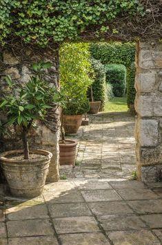 garden design by carolyn mullet des pots qui sintgrent dans la dco du jardin le petit plus qui
